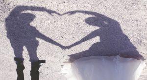 sposi che creano un cuore con le braccia