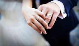 mani sposi con fedi