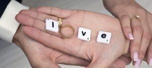 mano con fede e scritta love