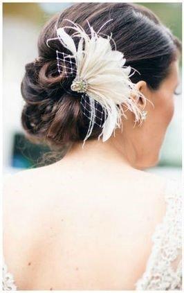 sposa con piuma tra i capelli