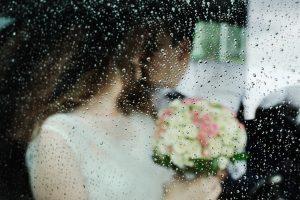 sposi in macchina fuori piove