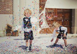 bambini che giocano con i coriandoli