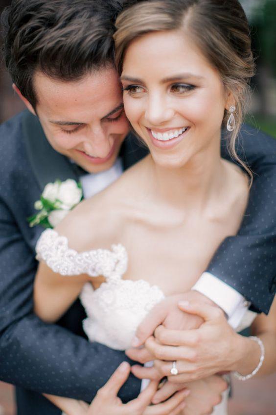 sposi che si abbracciano