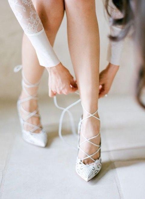 sposa che si allaccia le scarpe