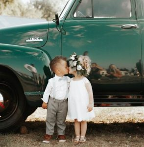 bimbi che si baciano