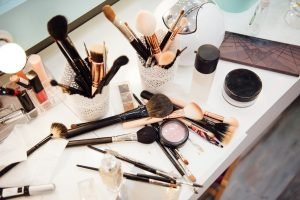 scrivania con prodotti make up