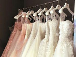 abiti da sposa appesi