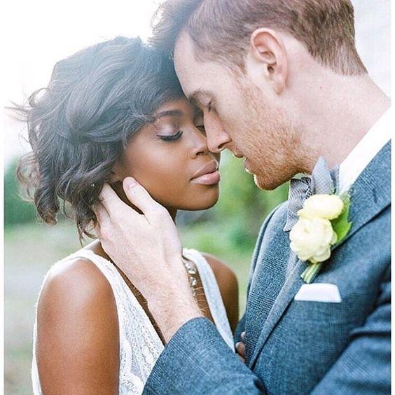 sposi che si coccolano
