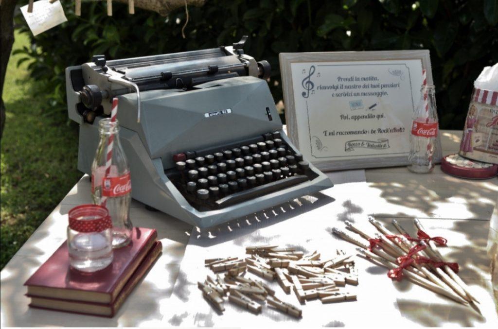 allestimento matrimonio sposa vera con macchina da scrivere e matite