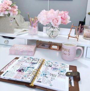 scrivania con strumenti da wedding planner