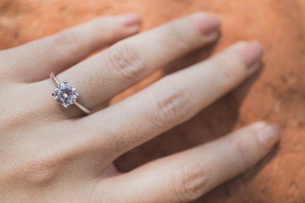 anello di fidanzamento al dito