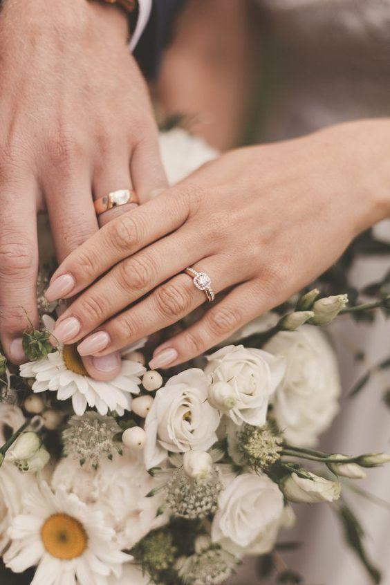 mani che si intrecciano - sposi
