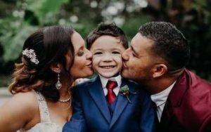 sposi che baciano figlio