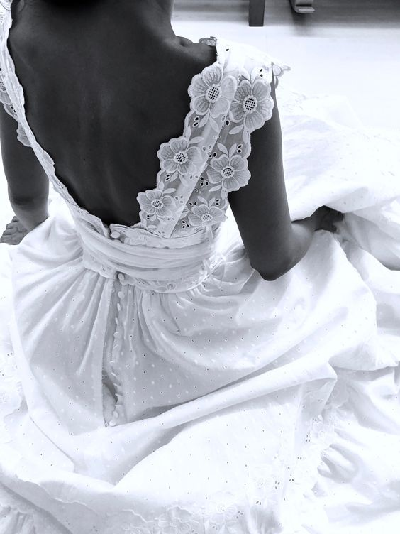prima prova abito - sposa di spalle