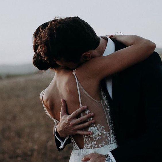 ri-organizzare il matrimonio - sposi che si abbracciano